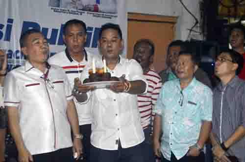 Peniupan lilin perayaan duatahun kepeminpian Dirut Fery Keintjem di PD Pasar Manado.