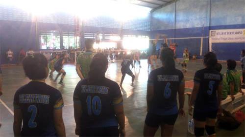 Pemain cadangan tim putri Bright Elektrik PLN cukup tegang menyaksikan jalannya pertandingan.