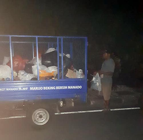 Sampah disekitaran Tugu Adipura Jalan AA Maramis diangkut dengan motor sampah.