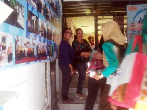 Para peserta berinteraksi dengan sejumlah perangkat Kampung KB Linggatira.
