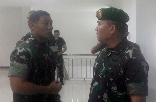 Pangdam Aritonang (kanan) dan Danrem Joseph berdiskusi singkat usai entry briefing di Markas Kodam XIII/Merdeka, Kamis (26/7/2018) sore.