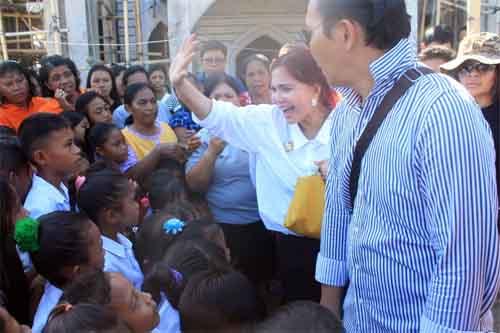 Bupati VAP yang disambut dengan penuh antusias warga kepulauan.