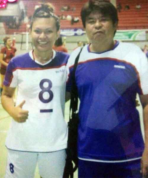 Lissa bersama ayah tercinta, Coach Refly Surusa yang juga pelatih kawakan bola voli di Sulut.
