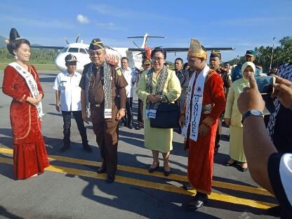 Kepala Kejaksaan Tinggi Sulut M Roskonedi bersama Ibu dan rombongan ketika disambut secara adat di Bandara Naha Sangihe