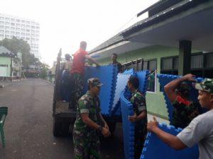 Prajurit Korem 131/Santiago menyiapkan perlengkapan pertandingan untuk dipakai di venue utama kejuaraan Yongmoodo di Atrium Megamall Manado.(Foto: Korem 131/Santiago)
