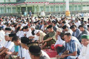 Masyarakat membaur dengan para prajurit TNI AD mendengarkan khotbah Idul Adha 1439 H.