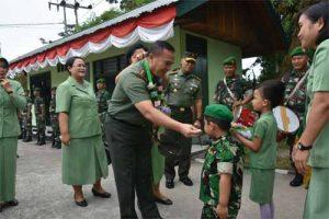 Prajurit dan Persit Cilik mengalungkan bunga kepada Pangdam XIII/Merdeka Mayjen TNI Tiopan Aritonang.