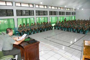 Irdam XIII/Merdeka Kolonel Inf Setio Budi Raharjo membacakan amanat Pangdam XIII/Merdeka.