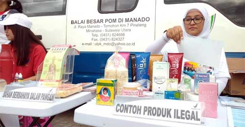 Pojok informasi obat dan makanan yang disediakan Balai Besar POM Manado, di sela kegiatan di Lapangan Sparta Tikala depan Kantor Walikota Manado.