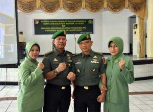 Kolonel Inf Saripuddin (kedua kiri) beserta istri, dan Letkol Arm Brantas Suharyo (kedua kanan) bersama istri, usai acara laporan korps Sertijab Kasiter Korem 131/Santiago.(Foto: Penrem 131/Santiago)