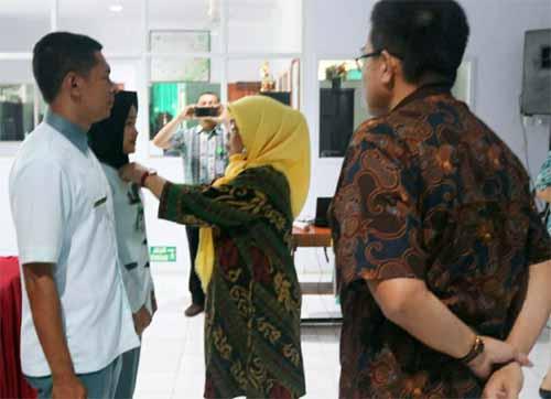 Pemasangan tanda peserta oleh Sekretaris Prodi Keperawatan STIKES Muhammadiyah Manado.