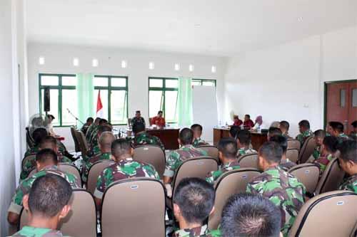 Para prajurit Korem 133/Nwb menyimak penyampaian pimpinan.