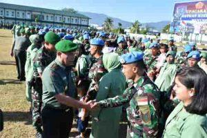 Pangdam XIII/Merdeka Mayjen TNI Tiopan Aritonang menyemangati para prajurit dan keluarganya.