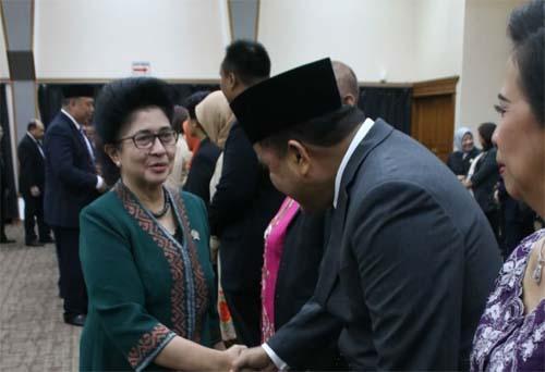 Menkes RI Prof Nila Moeloek memberi selamat kepada dr Maxi Rondonuwu DHSM MARS usai dilantik sebagai Kapusrengun SDM Kesehatan Kemenkes RI.