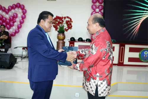 dr Maxi Rondonuwu DHSM MARS menerima kenang-kenangan dari Ketua Dewan Pengawas RSUP Kandou dr Johan Pattiselano MARS yang juga Staf Ahli Bidang Desentralisasi Kesehatan Kemenkes RI.