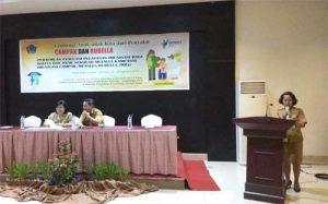 Kepala Seksi Surveilans dan Imunisasi Dinkes Sulut Merry Pasorong SKM MKes membacakan laporan kegiatan.