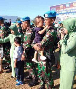 Suasana haru para prajurit bersama keluarga yang bakal ditinggalkan untuk menunaikan tugas negara di Republik Afrika Tengah.