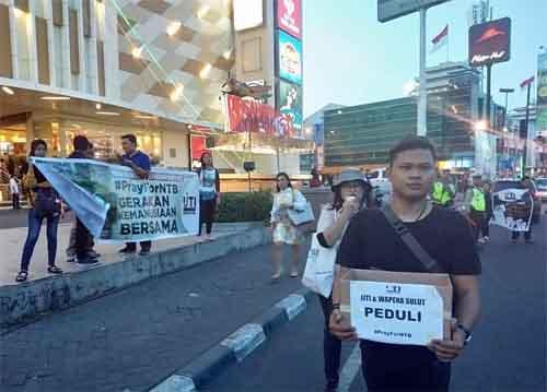 Gerakan Kemanusiaan Bersama IJTI dan Wapena Sulut di depan Megamall.