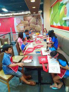 Anak-anak berkebutuhan khusus mengikuti sesi mewarnai gambar didampingi para orang tua dan terapis.