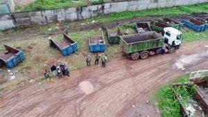 Anggota Satgas Kizi TNI Konga XXXII-E Minusca CAR mengoperasikan alat berat milik PBB.(foto: Puspen TNI)