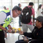 Meriahkan Harpelnas 2018, Angkasa Pura Bandara Sam Ratulangi Bagikan Coklat dan Souvenir