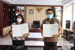 Kajati Sulut dan Dirut RSUP Kandou memegang dokumen perjanjia kerjasama.