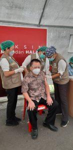 Seorang Nakes di atas 60 tahun menerima vaksin di Pos Vaksinasi RSUP Prof Kandou.