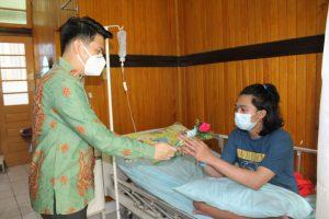 Direktur RS Gunung Maria Tomohon memberikan bunga kepada seorang pasien yang sedang dirawat.