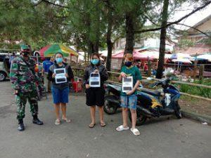 Anggota Koramil 1302-06/Tomohon memberikan imbauan kepada masyarakat di kawasan Pasar Beriman Tomohon.