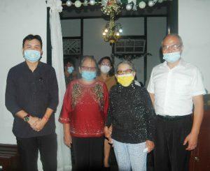 Penulis Judie Turambi SH bersama para saksi hidup dan pemilik rumah kenangan Henk Ngantung di Matani Dua, Tomohon.