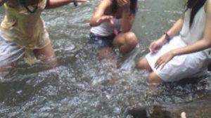 foto-orang-mandi-di-sungai-10