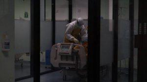 ilustrasi-pasien-covid-19-di-rumah-sakit-tengah-ditangani-tenaga-medis
